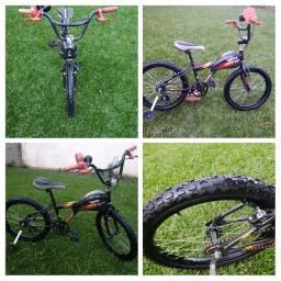 Bicicleta Hot Wheels aro 20.