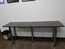 Aparador com base de madeira e pés de metal