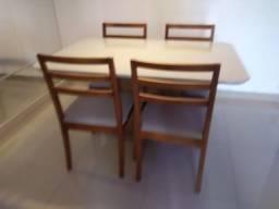 Mesa 4 resistente na pintura laka e madeira