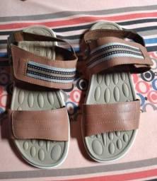 Sandália em couro tamanho 42 semi-nova