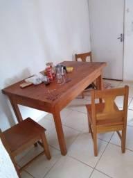 Vendo essa mesa de madeira boa , 4 cadeiras completa...