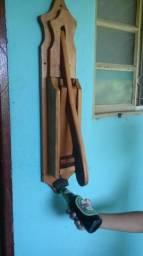 Amassador de latinhas com abridor de garrafas em madeira de Lei