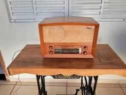 Rádio valvulado antigo