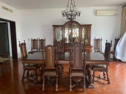 Conjunto de mesa com dez cadeiras e cristaleira