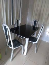 Vendo mesa com 4 cadeiras