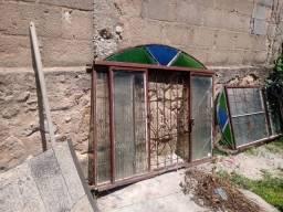 Título do anúncio: Vendo janelas e portas usado.