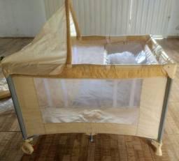 Berço cercado com colchão, carrinho com bebê conforto