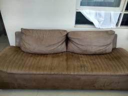 Vendo esse sofá em veludo, 3 lugares, perfeito estado. Valor negociável, aceito proposta.