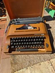 Máquinas fotográficas antigas e uma máquina de dactilografia