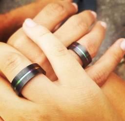 Título do anúncio: Anel/Aliança preta com faixa central cromada de arco-íris