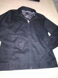 Jaqueta de tecido preto.