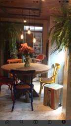 Mesa maciça em madeira e cadeiras coloridas