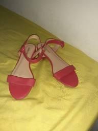 Sandalia vermelha básica.