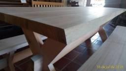 Mesa de madeira maciça com bancos
