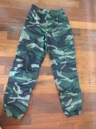 Calça camuflada militar