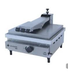 Vendo prensa , chapa pequena ,forno de pizza , liquidificador industrial