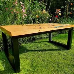 Mesas com madeiras de lei