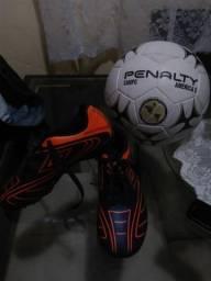 Chuteira Umbro e bola da penalti