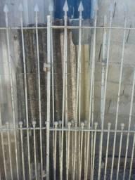 R$100 vendo portão antigo de ferro bem resistente