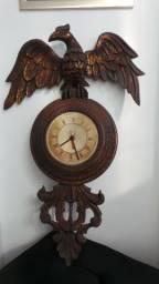 Antigo relógio entalhado madeira nobre formato de águia rico em detalhes!!