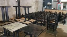 Cadeiras e mesas usadas
