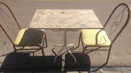 Mesa com duas cadeiras usado