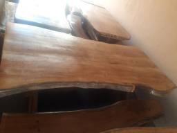 Mesa rústica acompanhada 2 bancos ,passamos cartão ,2 metros