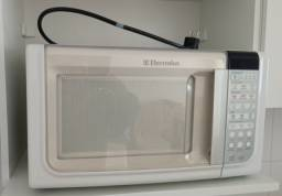 Vendo micro-ondas Electrolux usado, 127v, Com Defeito, para retirada de peças.