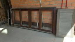Janela de madeira e vidro com veneziana