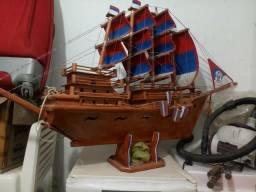 Barco de madeira com luz