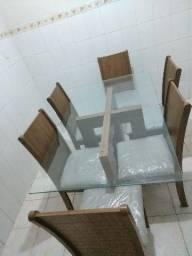 Mesa de madeira com tampo de vidro e 6 cadeiras