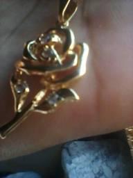 Cordão com pingente flor folhados a ouro