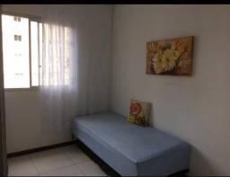 Um quarto mobiliado dentro de apartamento vaga feminina