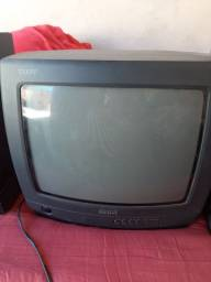 3 tvs pequenas