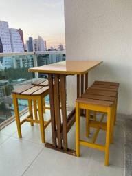 Mesa com 4 banquetas coloridas