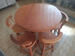 Mesa e cadeiras em Madeira.