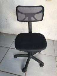 Cadeira giratória nova (R$ 150,00); cadeira fixa azul (R$ 60,00)