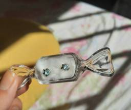 Brinco ouro com zircônia azul