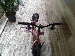 Bicicleta de criança rosa coloca ar no pinel