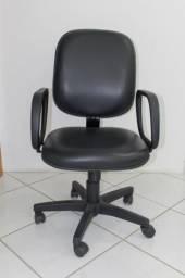Cadeira de Escritório em Couro Ecológico Preta c/ rodinhas e braço