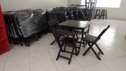 Mesas e cadeiras envernizada ou pintada.