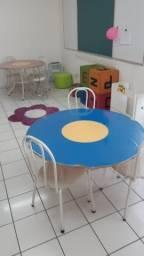 Mesa Flor e três cadeiras.