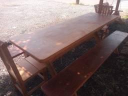 Mesa e banco em madeira.