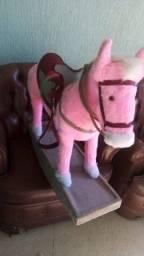 Cavalo Rosa de Madeira