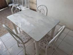Mesa de mármore com 4 cadeiras