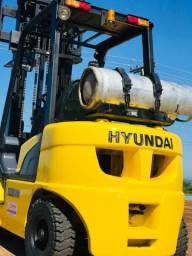 Empilhadeira usada Hyundai 2012, 2.500kg, 2.5ton.,a gás, reformada,triplex