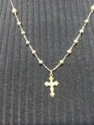 Corrente de ouro sendo um terço de oração