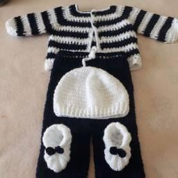 Conjunto saída de maternidade em crochê de lã.