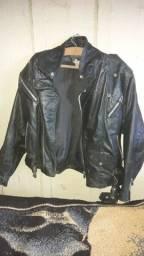 Jaqueta de couro de motoqueiro usada