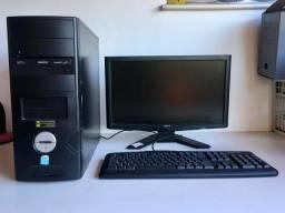 Computador com Monitor e Teclado
